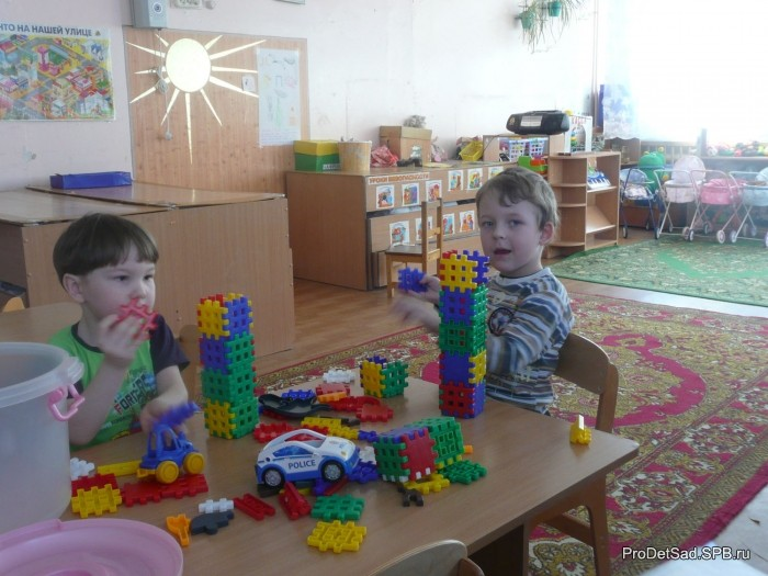 Дети строят из конструктора