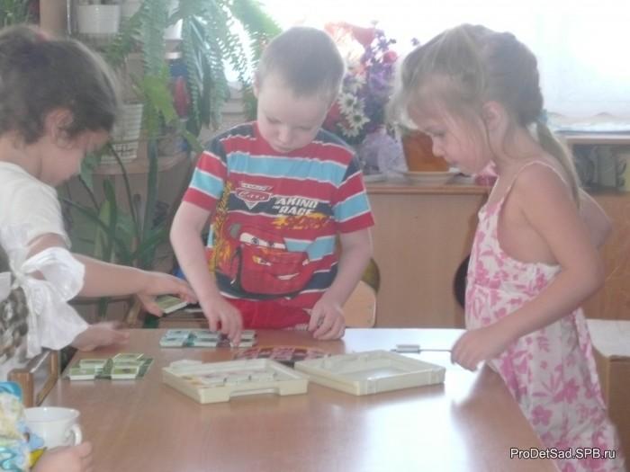 Дети играют в лото
