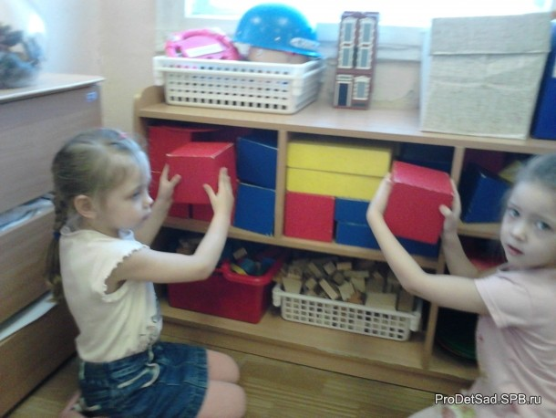детискладывают кубики
