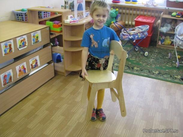 стул несу перед собой