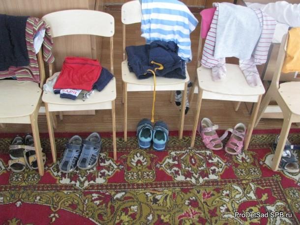 Одежда на стульях