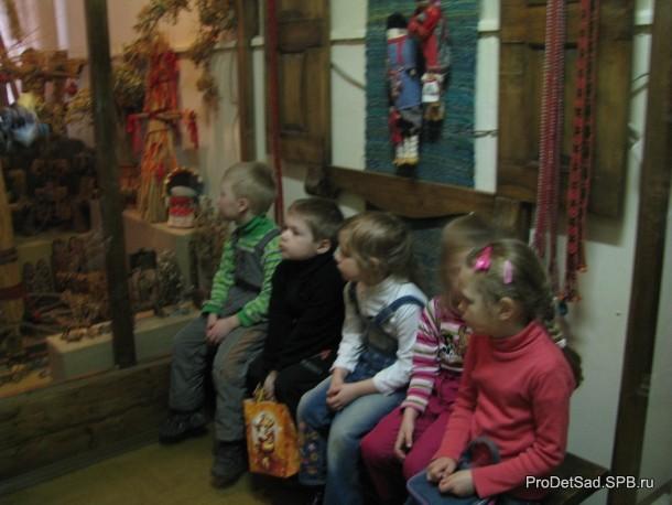 дети в музее кукол