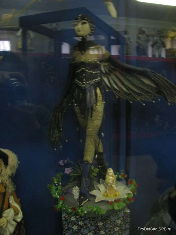 Дюймовочка и ласточка в музее кукол