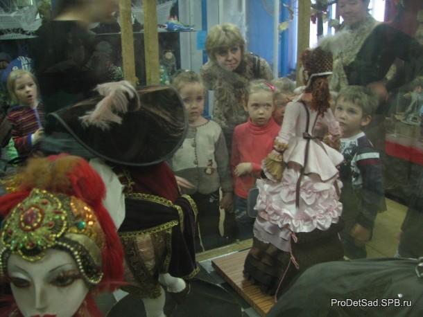 дети в музее кукол смотрят
