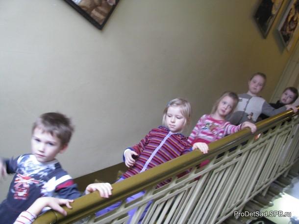 лестница в музее кукол