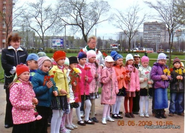 дети у памятника в день Победы