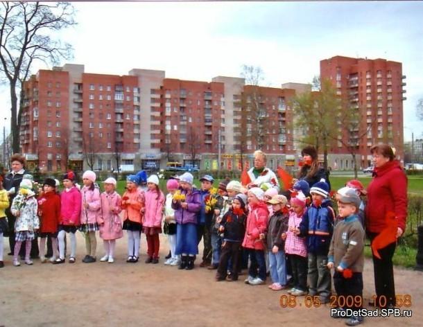 дети с цветами у памятника
