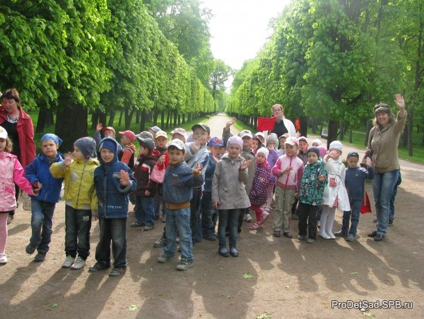 дети на аллее в парке