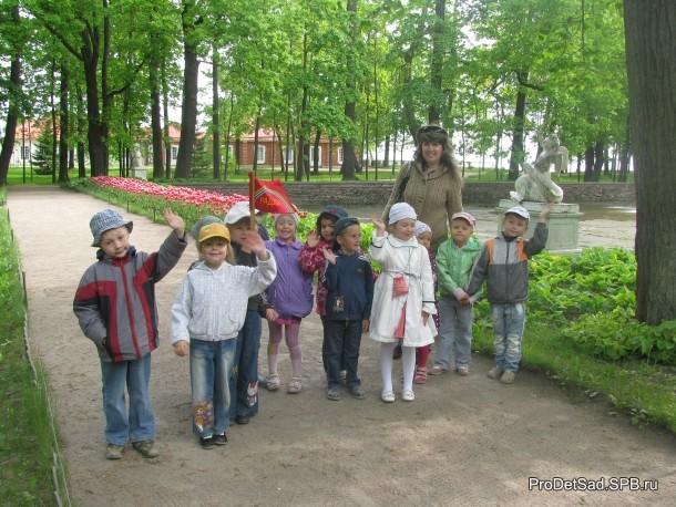 дети у фонтана солнце