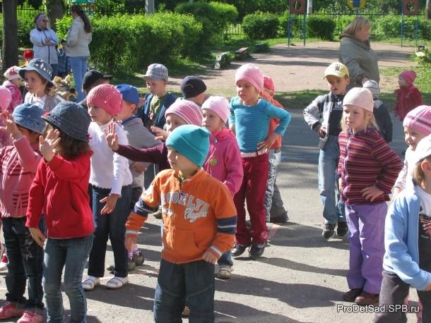 дети танцуют вместе