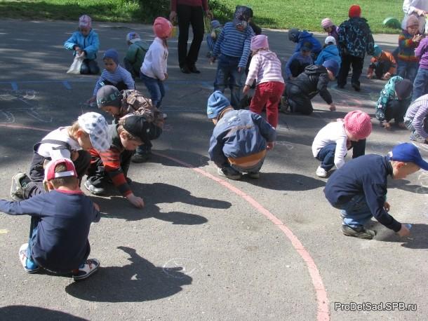 дети на асфальте мелками рисуют