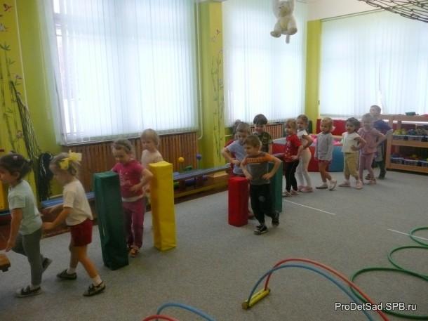 маленькие дети на физкультуре