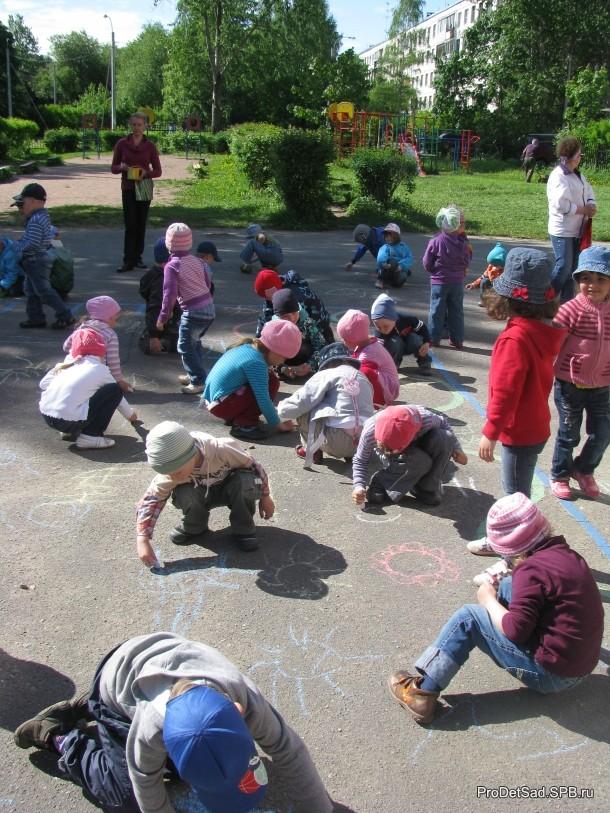 дети на улице летом рисуют