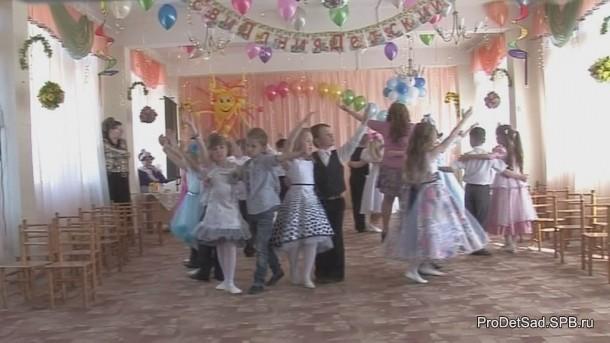 круг выпускников в танце