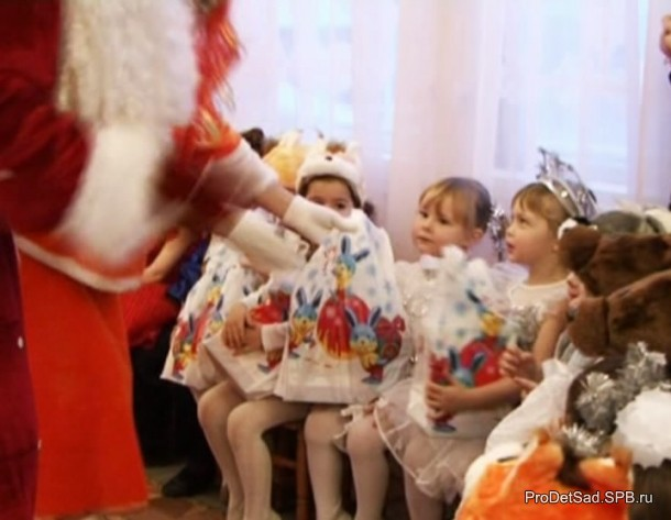 Дед Мороз дарит детям подарки