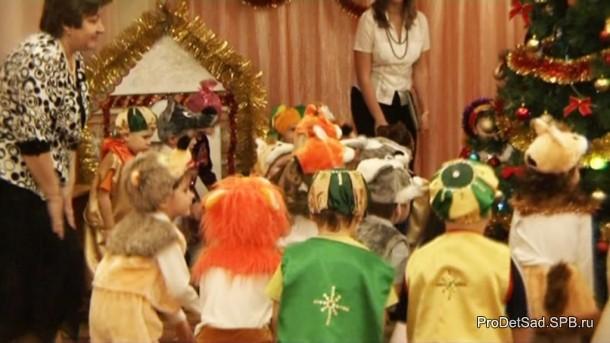 дети дуют на новогоднюю ёлку