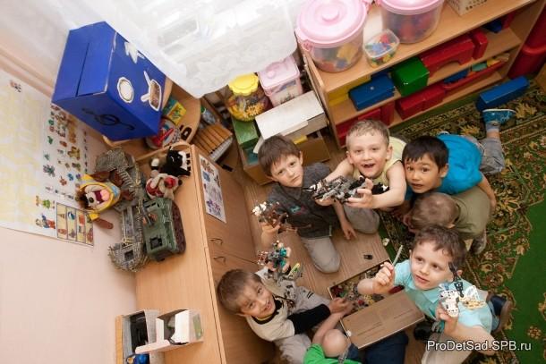 дети играют в мелкий конструктор