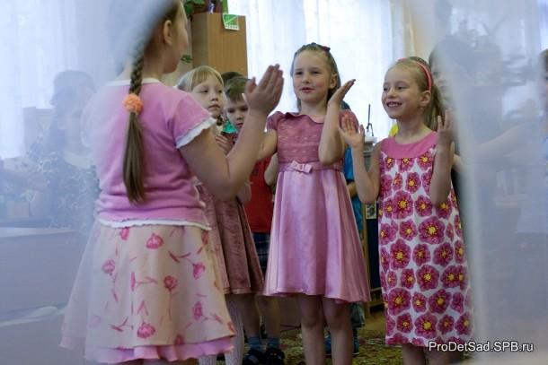 дети поют песню