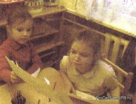 дети рассматривают рисунок