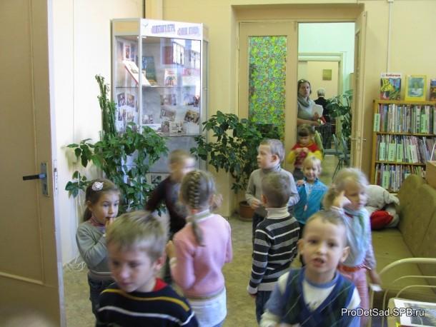 дети в зале библиотеки