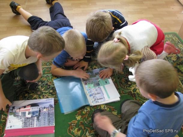 дети рассматривают фотографии