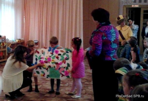 дети поздравляют воспитателей