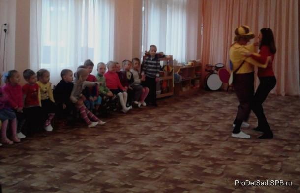 карлсон танцует с родителями