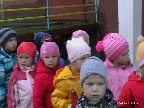 дети у детского сада