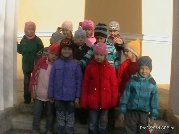 дети между колонн
