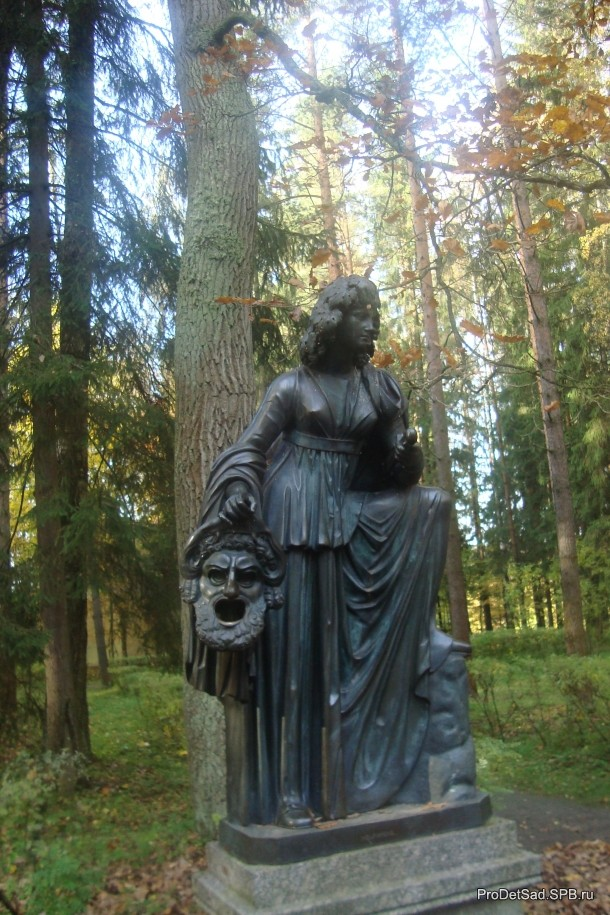 скульптура с маской Павловск