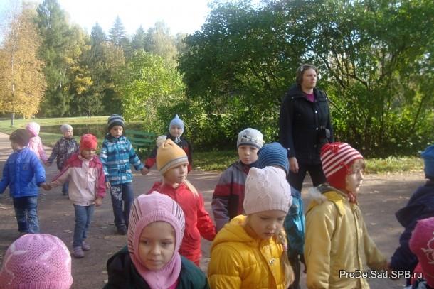 дети парами в парке Павловска