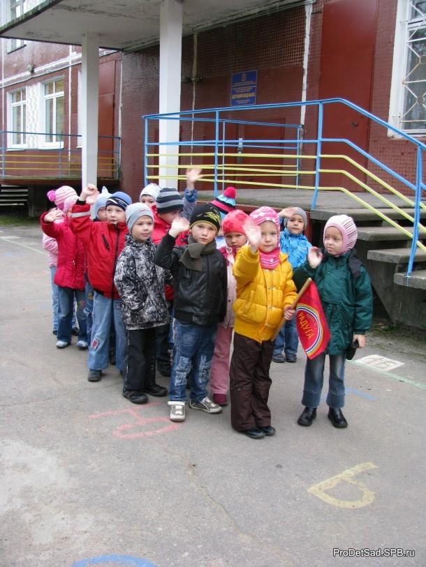 дети у детского сада парами