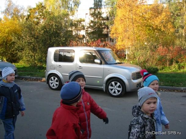 дети идут мимо машины