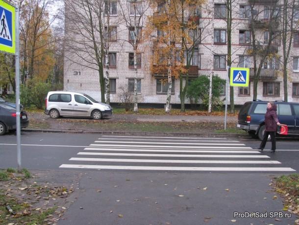 пешеходный переход и знак