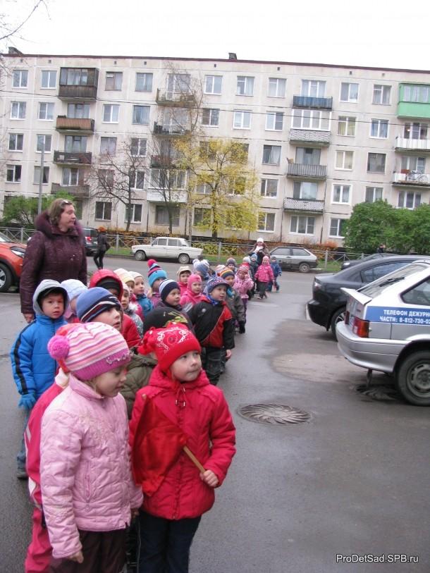 дети парами у здания полиции