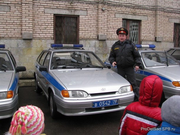 полицейский и машина