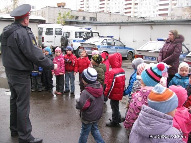 полицейский и дети