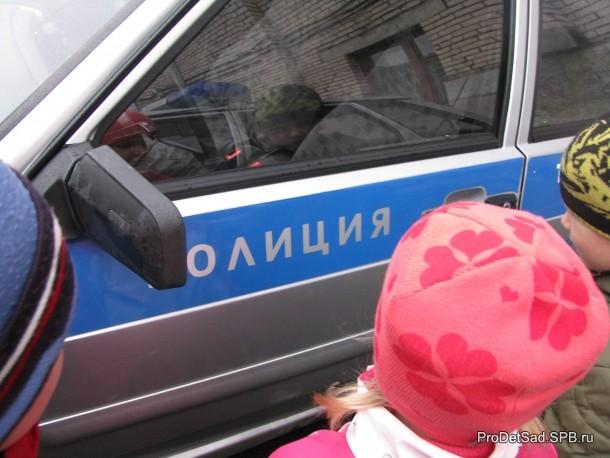 слово полиция на машине
