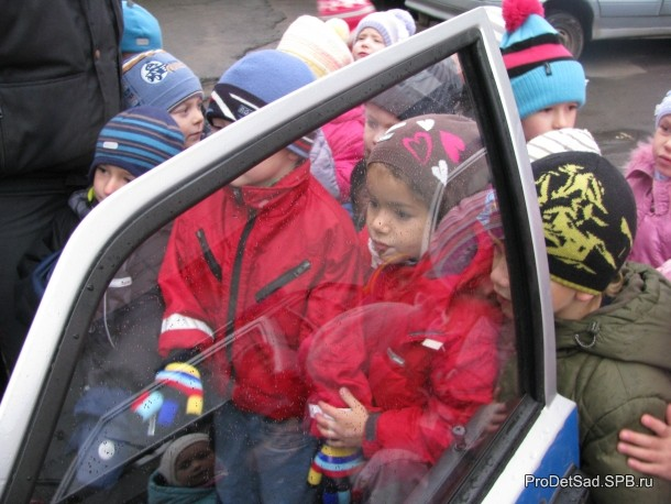 дети смотрят полицейскую машину