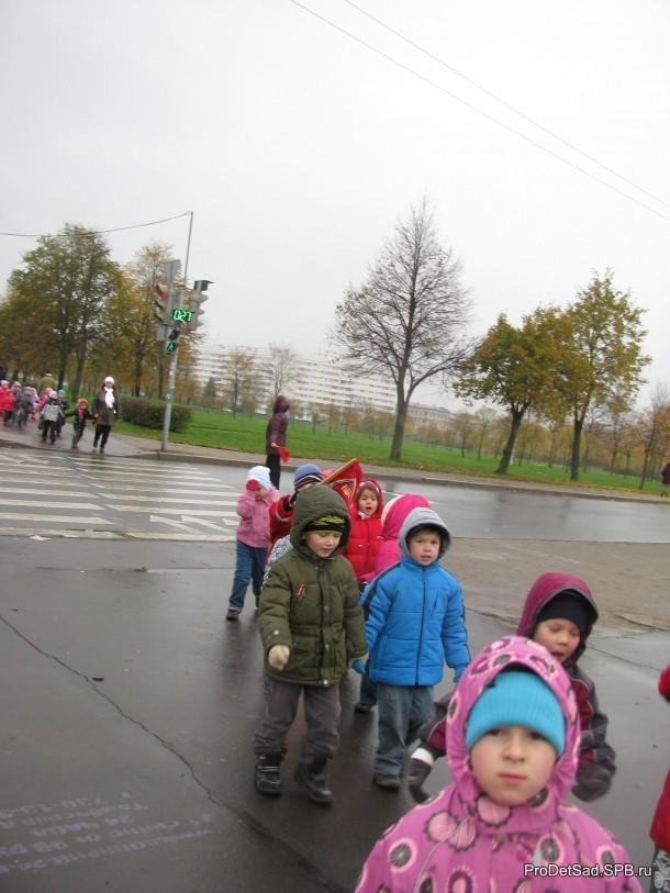 дети переходят через улицу