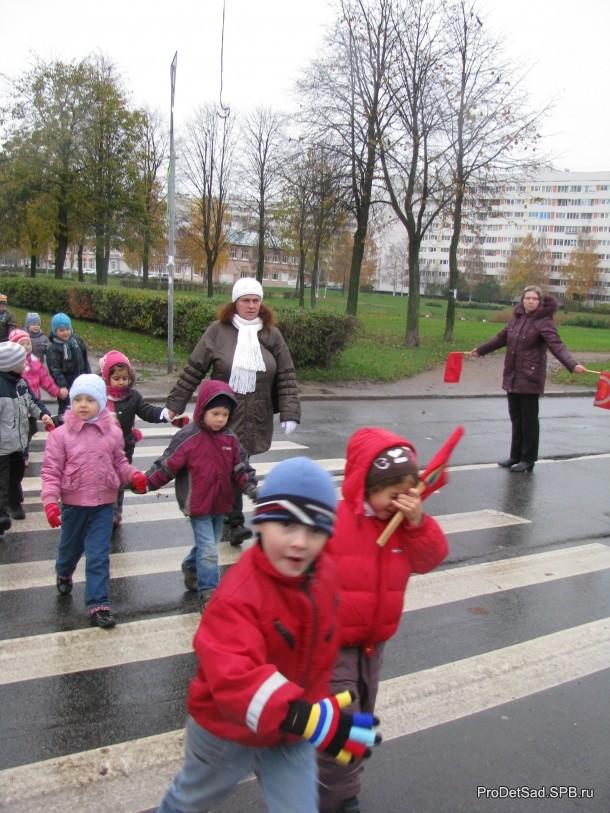 дети на улице города