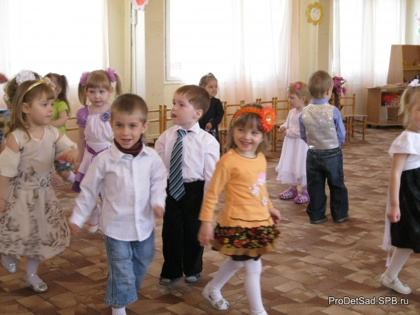 дети шагают на празднике