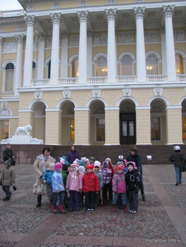 дети у музея 2