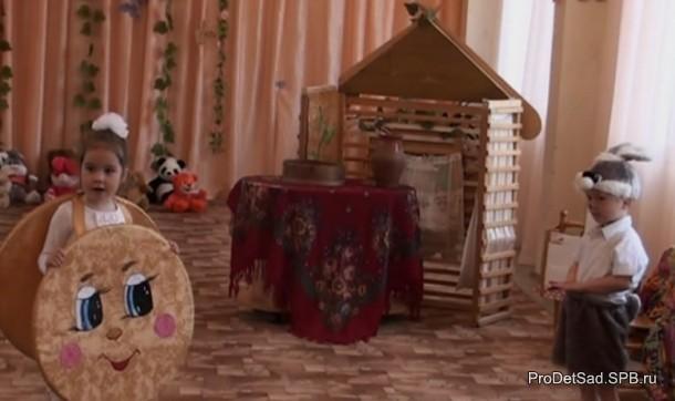 Зайчик слушает песенку колобка