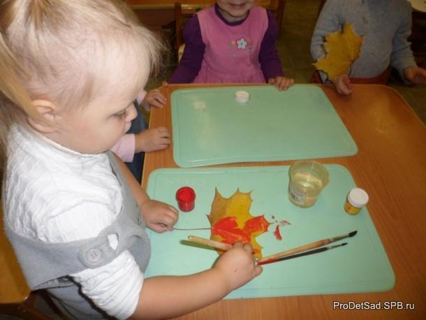 рисуют в яслях малыши