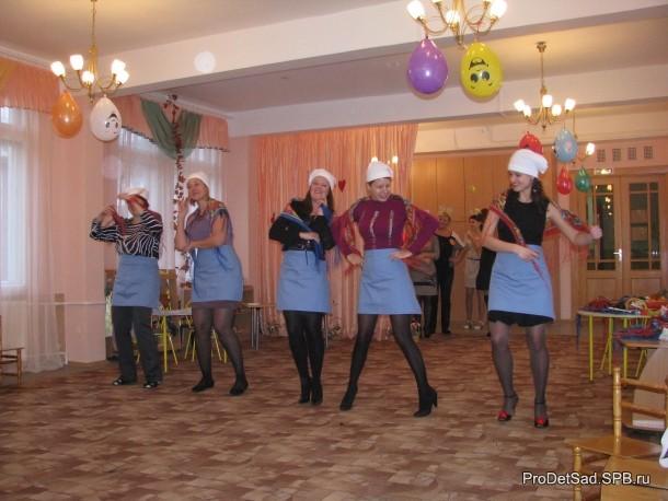 Мамы танцуют русскую пляску