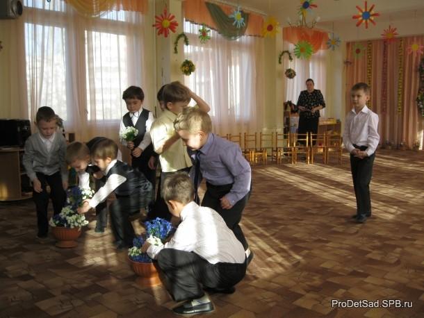 Мальчики ставят цветы в вазу