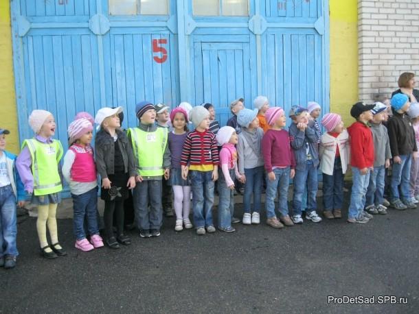 Дети смотрят на струю воды