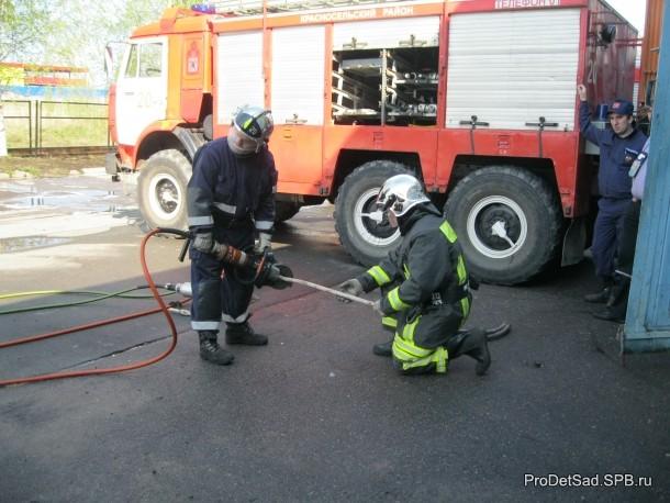 Работа инструментами спасателей