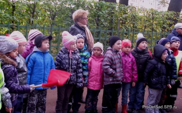 дети слушают экскурсовода